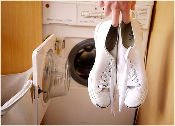 5 Kiat Gampang Mencuci Sepatu Sneakers Kesayangan Anda Menerapkan Mesin Cuci